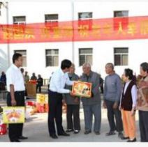 公司每年在重阳节到敬老院慰问老人